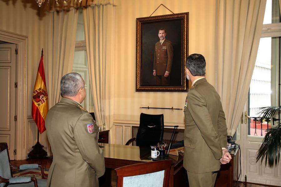 Actual Actual Felipe VI alaba el retrato oficial del Ejército de Tierra, obra del pintor Antonio Montiel